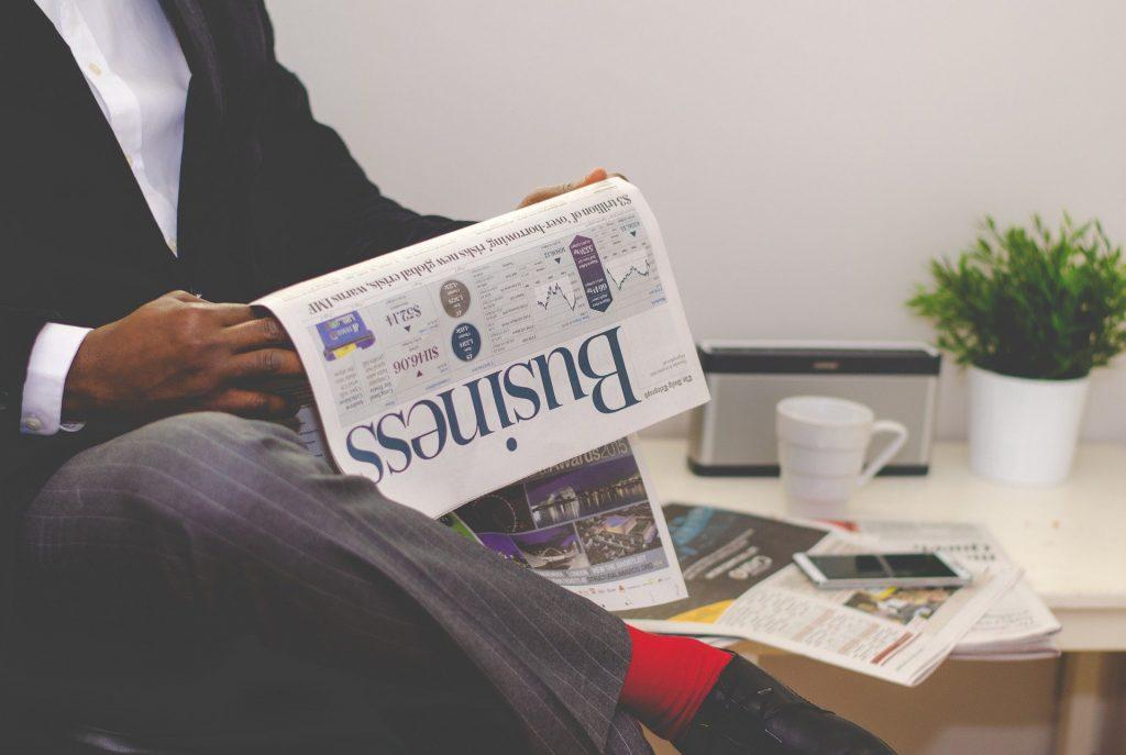 Lire les journaux d'anglais commercial